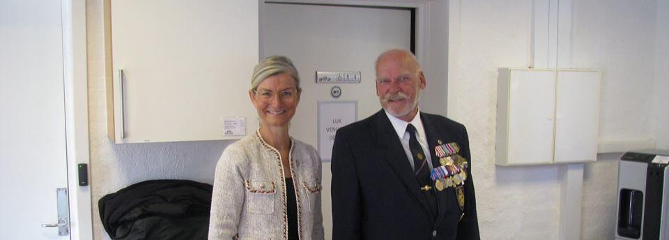 Ulla Tørnæs og formand Carl Bratved ved åbningen af caféen.